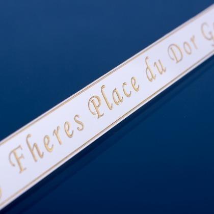 Grawerowana tabliczka z nazwą pianina