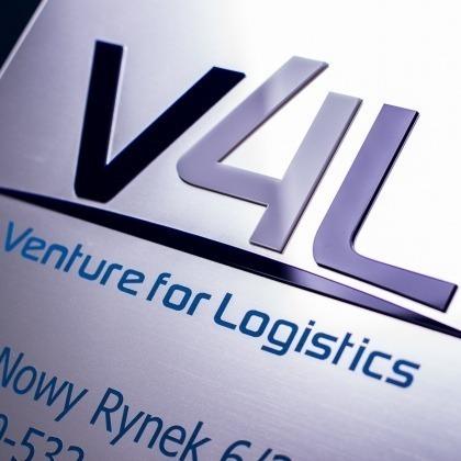 Szyld firmowy z wyeksponowanym logo